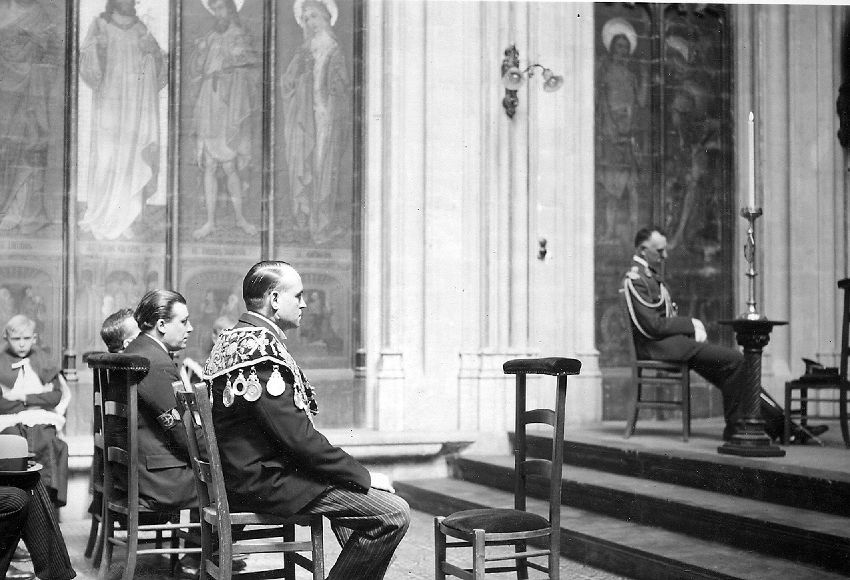 E019026 Gilde:  Grand Serment des Arbalétriers-  ceremonie in de kerk  O.L.Vrouw van de Zavel