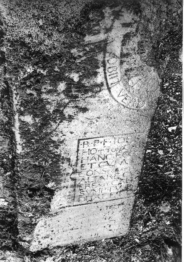 M149471 Dalle funéraire d'un défunt indéterminé
